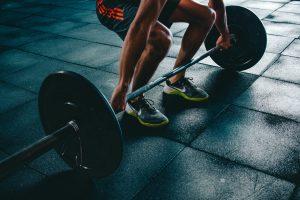 Atleta che solleva bilanciere